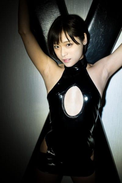 Shion Akimoto, japanische Schönheitskönigin im Kimono, wird im Nachtclub besahnt